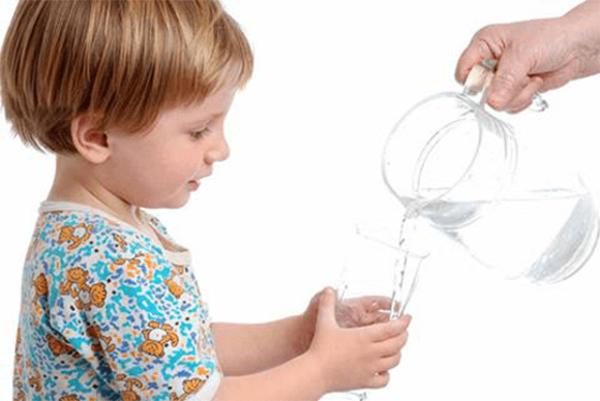 Bắt trẻ uống nhiều nước 1