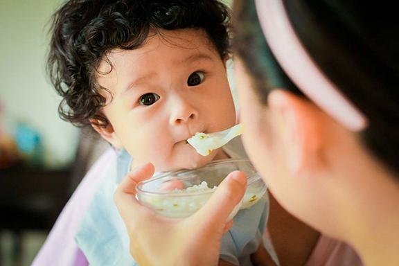 Kết quả hình ảnh cho mớm cơm cho trẻ
