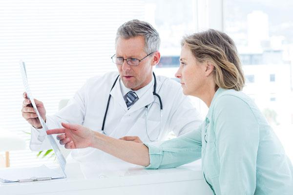 Một số triệu chứng nếu không đỡ sau 1-2 ngày cần đi gặp bác sĩ (Ảnh minh họa)