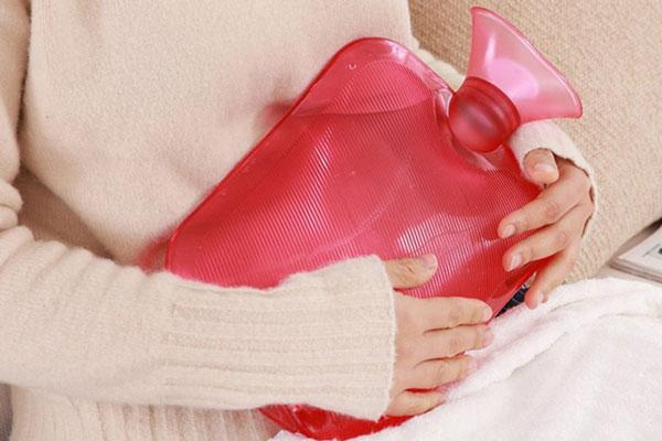 Sử dụng túi chườm nóng cũng giúp ích cho cơn đau dạ dày (Ảnh minh họa)